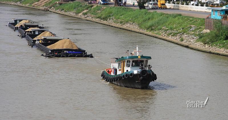 昭披耶河上的運砂船