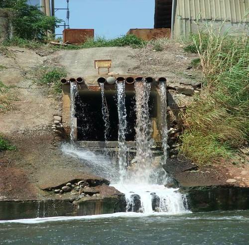 桃園老街溪未納入下水道系統之事業廢水放流口,圖片提供:環保署環境督察總隊