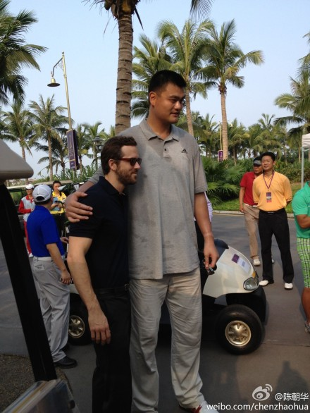 October 19th, 2012 - Yao Ming meets actor Ryan Reynolds at the Mission Hills World Celebrity Pro-Am Golf Tournament held October 19 to 21 in Haikou, Hainan Island