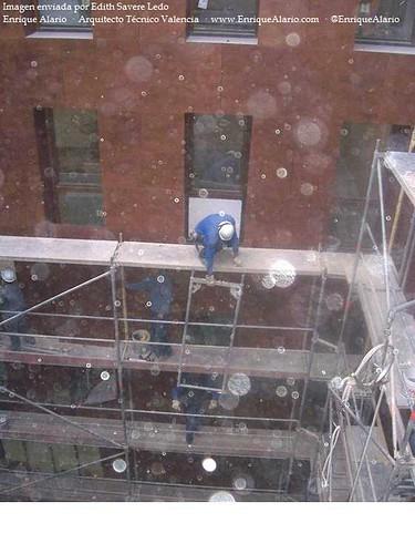 Falta de medidas de seguridad en montaje de andamio
