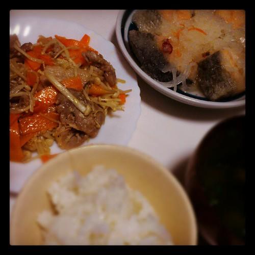 豚肉の塩麹炒め、秋鮭の雪見おろし、豆腐の味噌汁、ごはん