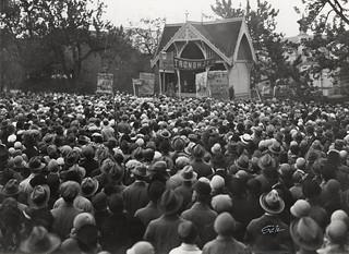 Folkemøte ved Rådhusplassen og musikkpaviljongen i forbindelse med navnestriden (1929)