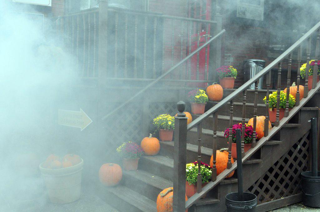 Las decoraciones de las casas en Salem por Halloween son todo un evento, el primero de octubre el pueblo de Salem es decorado con calabazas, terroríficos muñecos, ... Salem, la ciudad de las brujas - 8079346098 a9c82a8507 o - Salem, la ciudad de las brujas