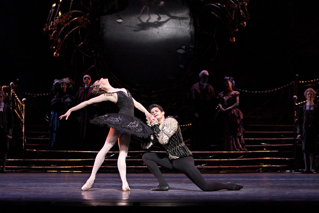 Thiago Soares as Prince Siegfried and Marianela Nuñez as Odile in Swan Lake © Dee Conway 2008