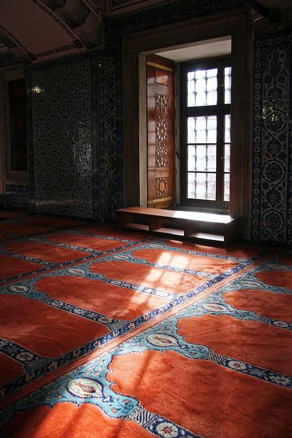 Window in Rustem Pasha Mosque, Istanbul, Turkey イスタンブール、リュステム・パシャ・モスクの窓