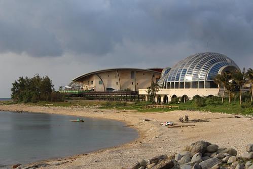 海生館、經典建築(右)以及海岸將串聯陸蟹棲地。