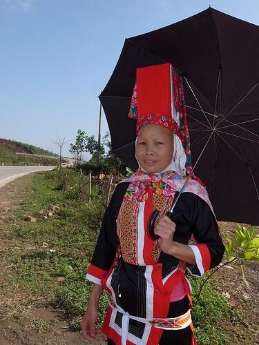 民族衣装の女性