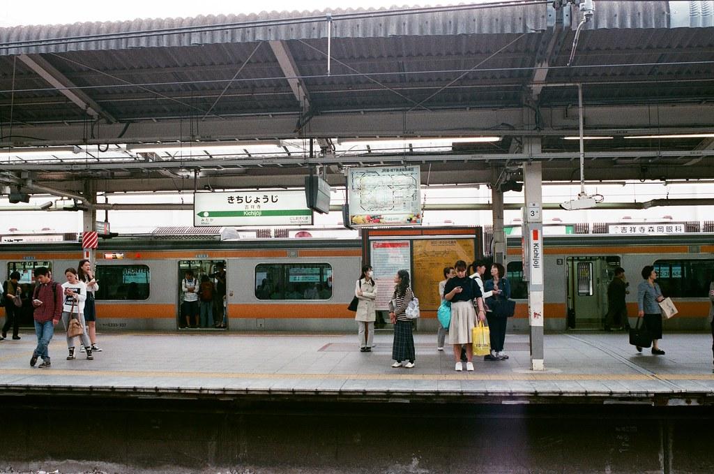 吉祥寺駅 Tokyo, Japan / AGFA VISTAPlus / Nikon FM2 去過武藏小金井,吉祥寺在中野與武藏小金井的中間站,這裡對我來說是一個新的地區還沒有探險過!  Nikon FM2 Nikon AI AF Nikkor 35mm F/2D AGFA VISTAPlus ISO400 0994-0036 2015/10/01 Photo by Toomore