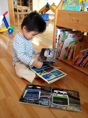 子育て支援センターで電車の本を読むよ! (2012/10/20)