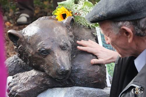 067 gut gelungener Gesichtsausdruck von Knut mit seinem Künstler