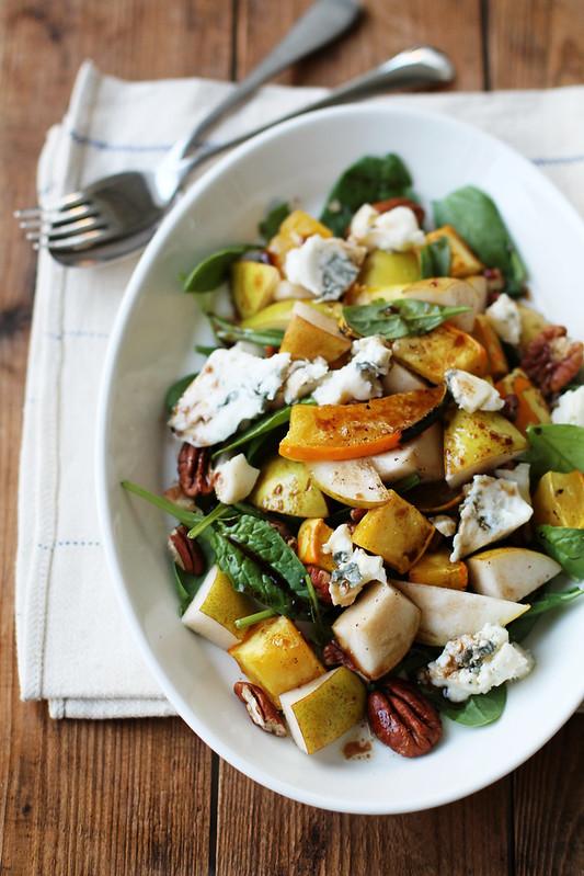 Gorgonzolaa ja kurpitsa-päärynäsalaatti