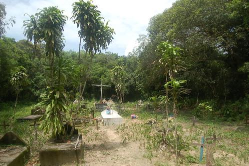 Der Friedhof der Insel zeigt Gräber mit Bäumen
