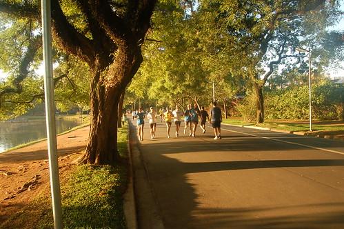 Dann laufen die Läufer in Formation vorbei