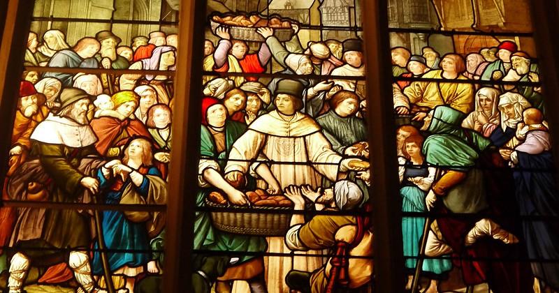 09 distribution statutaire des pains par la confrérie 1894, vitrail de Lucien Bégule