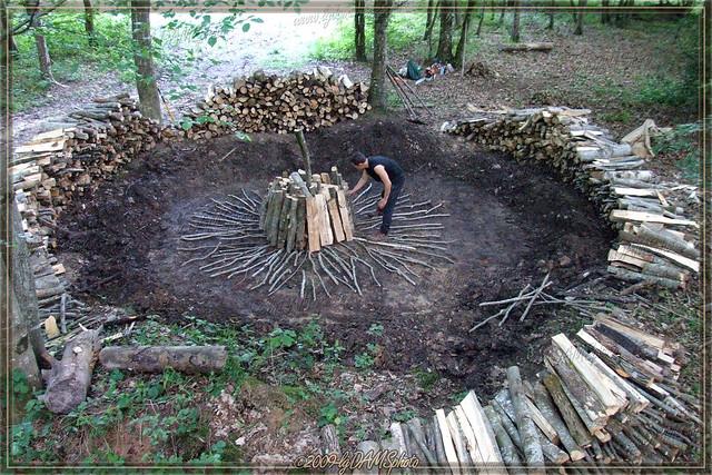 Montage traditionnel d'une meule de charbon de bois Flickr Photo Sharing! # Fabrication Du Charbon De Bois