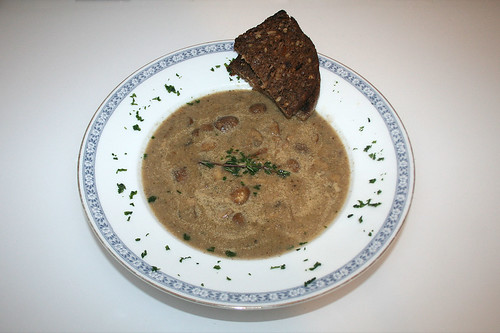 41 - Pilzcremesuppe mit Champignons, Steinpilzen & Thymian / Mushroom cream soup with mushrooms, porcini & thyme - Serviert