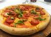 Pizza Amalfitana (25cm com porção generosa de tomate italiano sem pele, linguiça amalfitana, queijo fontina e broto de rúcula)