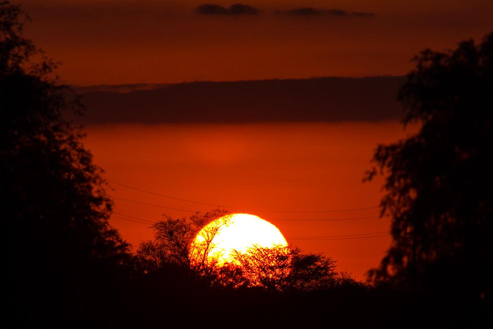 El sol se esconde entre los árboles, minutos después de nuestra llegada al pueblo de Cruce Los Pioneros, la última ciudad antes de iniciar el camino de 400km de tierra rumbo a Bahía Negra. (Tetsu Espósito)