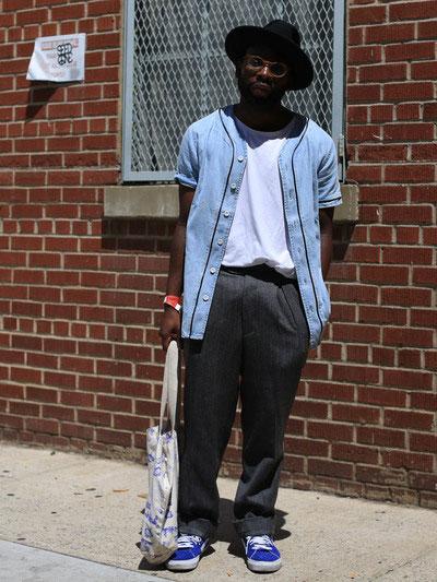 黒ハット×ライトブルーベースボールシャツ×白Tシャツ×チャコールグレーパンツ×青スニーカー