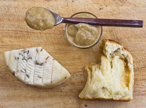 Danubio salato alla crema di cipolle e caprino al finocchietto selvatico