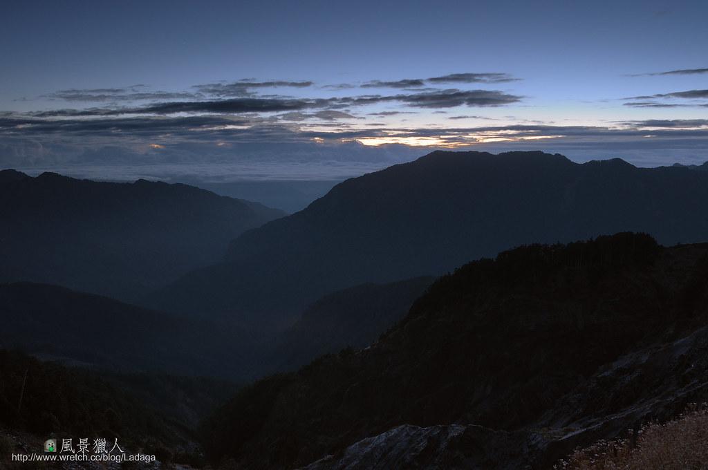 合歡山 日出山巒間