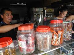 雜貨店塑膠罐裡賣著傳統夾雜現代的點心,還有熱心招呼遊客的老闆。