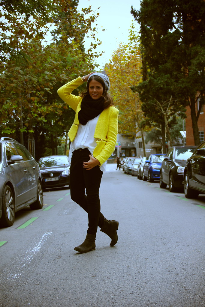Look black&white + chaqueta amarilla