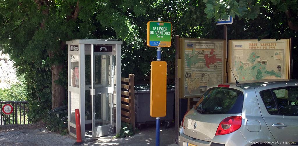 L'arrêt de bus, la poubelle municipale, la cabine téléphonique, les plans de la région. C'est le point information de St Léger du Ventoux.