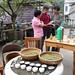James, Jasmin et M. Tang autour du livre de la Maison de thé Camellia, Zhejiang
