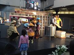 2012. november 18. 13:30 - A gyerekek kipróbálhatták a mézpergetést