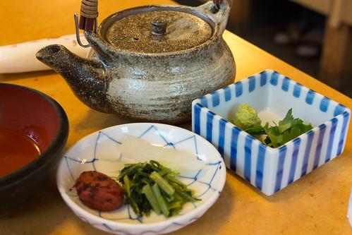 拆好蟹肉後, 吃時記得加上梅干, 配菜和山葵