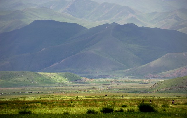 The horse race starting point (left) is 2 km away,Tibet 2012