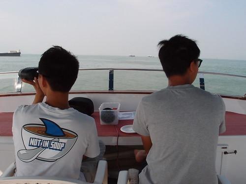 船首有兩位觀測員,一位監測員以目視、一位持望遠鏡,以30分鐘為單位,輪流觀測