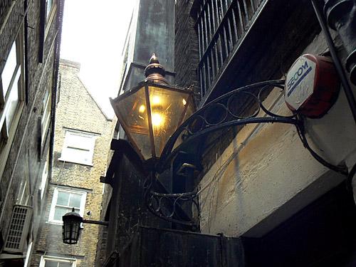 lampe dans Swedeland Court.jpg