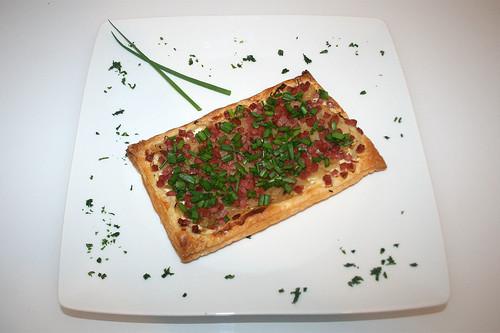 28 - Sauerkraut-Flammkuchen mit Speck / Tarte flambée with sauerkraut & bacon - Serviert