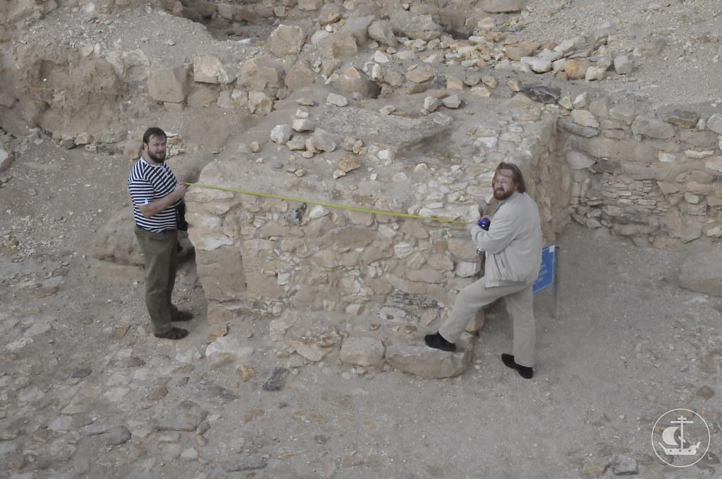 Измерение алтаря в арадском святилище