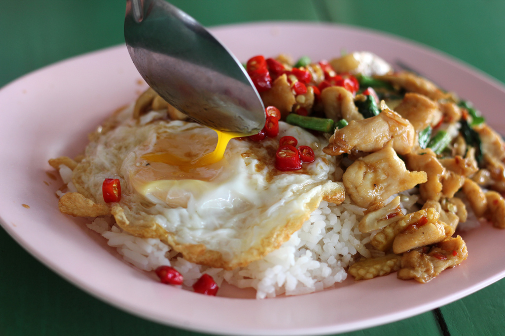 Pad Kra Pao Gai Kai Dao (ผัดกะเพราไก่ไข่ดาว)