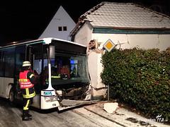 Bus rutscht gegen Gebäude, Steinfischbach, 10.12.12