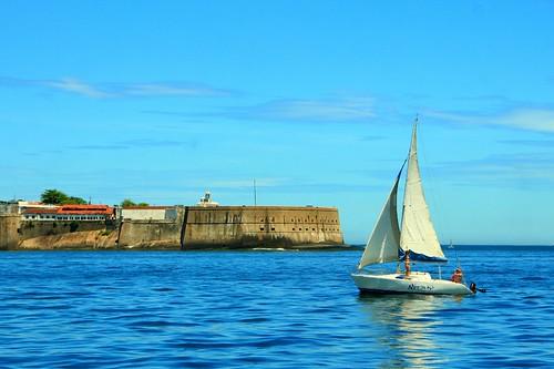 Barco à vela com Fortaleza de Santa Cruz ao fundo