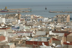 Les toits de Sousse: vue sur le port
