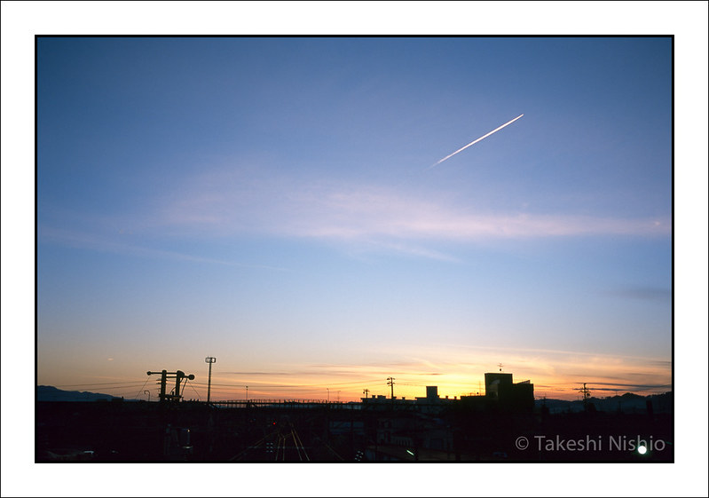 夕方, 駅から飛行機雲を眺める / On sunset, vewing contrail from railway station
