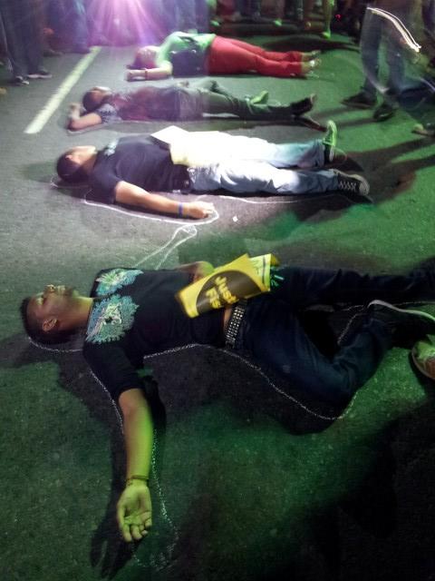 Jóvenes exigen justicia frente al Palacio de La Policia Nacional