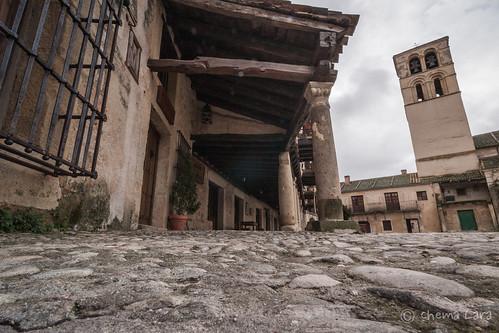 Plaza Mayor a ras de suelo, soportales y torre de San Juan