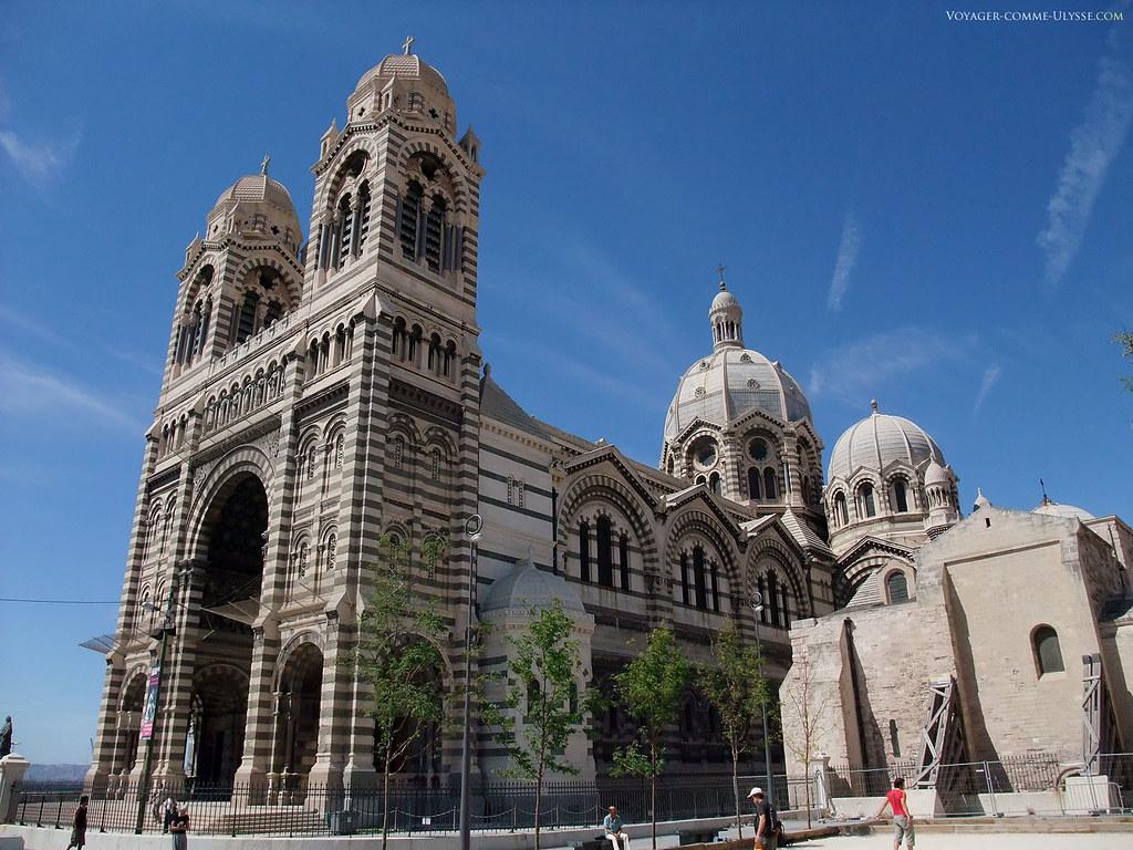 C'est dommage d'avoir coupé en deux l'ancienne cathédrale pour construire la nouvelle, comme si la place n'était pas suffisante…