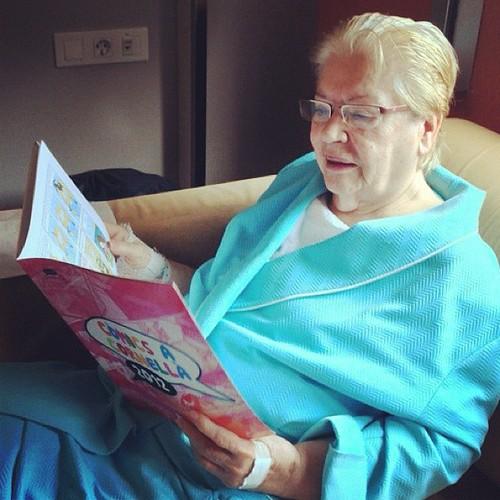 Tras unos días de nervios, hoy han operado con éxito a mi abuela. Y antes de operarse se ha leído el cómic de @arianeta que ganó el concurso de cómics de Cornellà! :) #superyaya