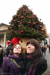 Alegría y Mònica posando ante el árbol de Navidad gigante