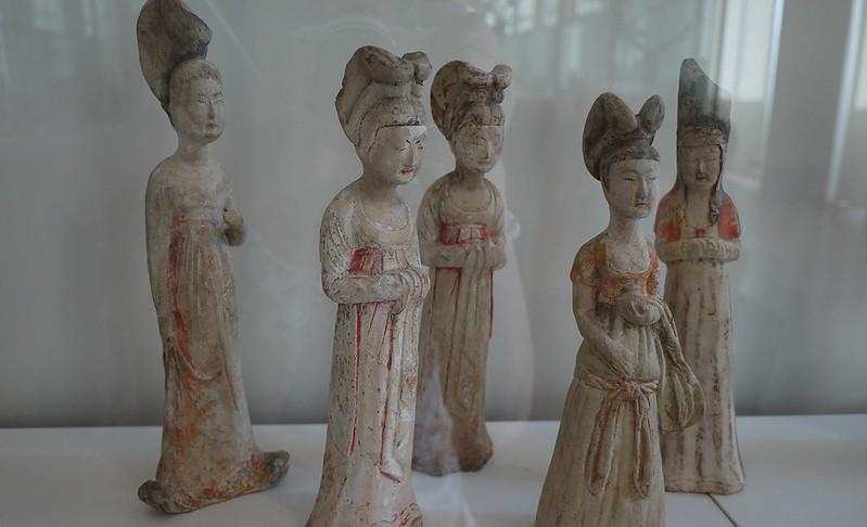 09 彩绘陶妇女俑五件,唐,七世纪