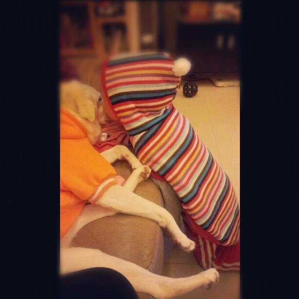 20121113 穿著球姊姊的衣服親球姊姊。