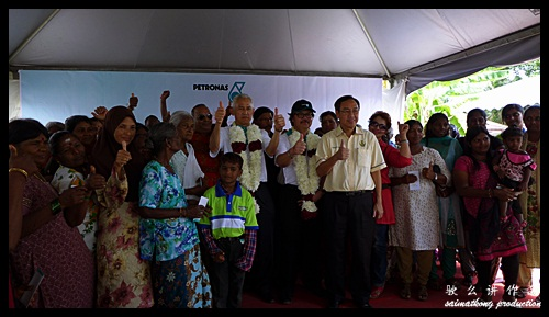 YBhg Dato Medan & YBhg Datuk Rahim presenting money packets to 142 families of Kampung Wellington : Sentuhan Kasih Deepavali with Petronas