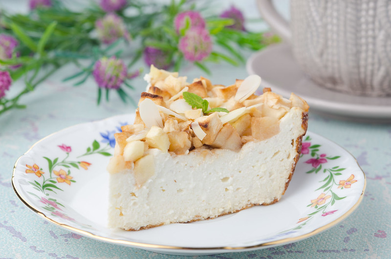 piece of cheese cake with apples_